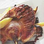 Утка с яблоками и черносливом в сливовом соусе