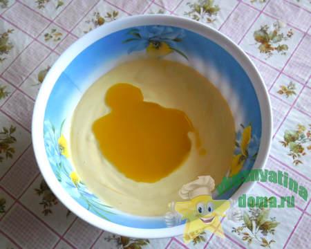 добавляем разогретый маргарин в сдобное тесто